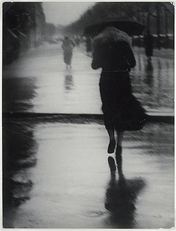 Passers-by-in-the-rain-1935-by-Brassai